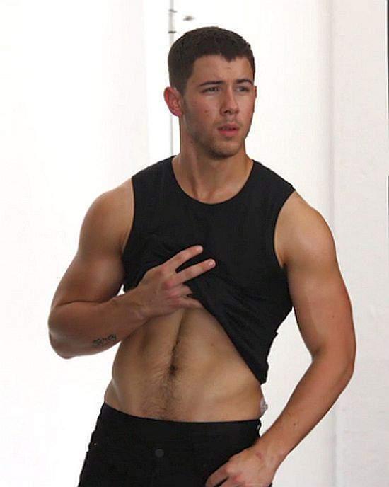 styles_large_public_images_blog_posts_Ryan-Shea_2017_09_16_nick-jonas-workout-shirtless-chasethepump-gympaws-gym-gloves.jpg